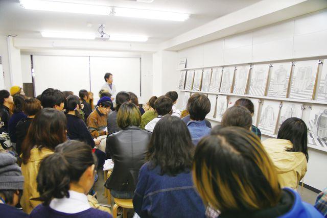 学部の授業風景。デッサンを中心とした実技の試験対策