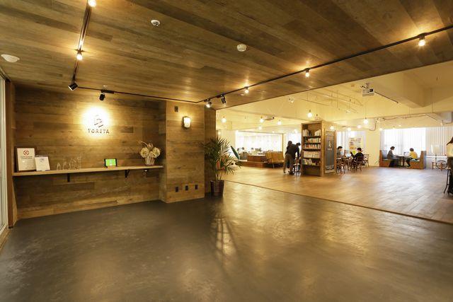 オフィスは五反田。開放的なエントランス。