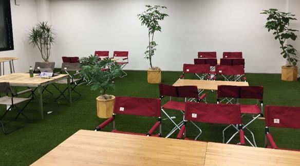 アウトドア空間でミーティングを開催することもできます。