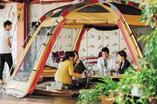テントの中でのミーティングの様子