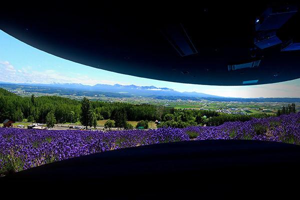 360度の全周スクリーンで映像を体感できる「北海道ぐるっとシアター」