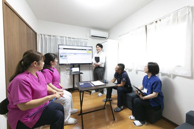 患者様一人ずつのカンファレンスの様子です。医師も参加する為、より在宅医療について学べる機会となります。