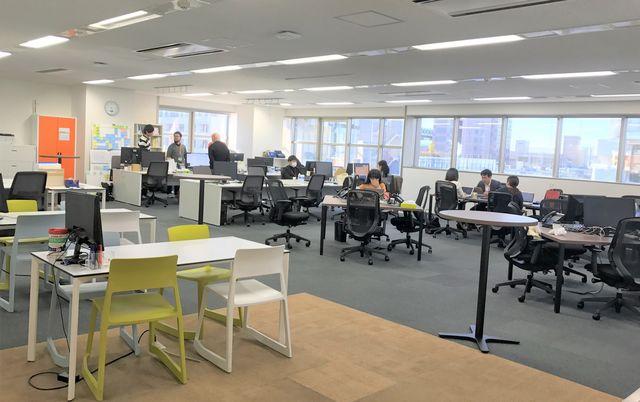 オフィス風景:フリーアドレス制で開放的なオフィスです(東京本社)