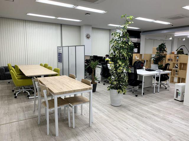 執務スペースと休憩エリア。明るいオフィスです